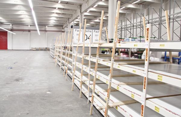 Leere Regale in der neuen Halle von stoffe.de in Schenefeld