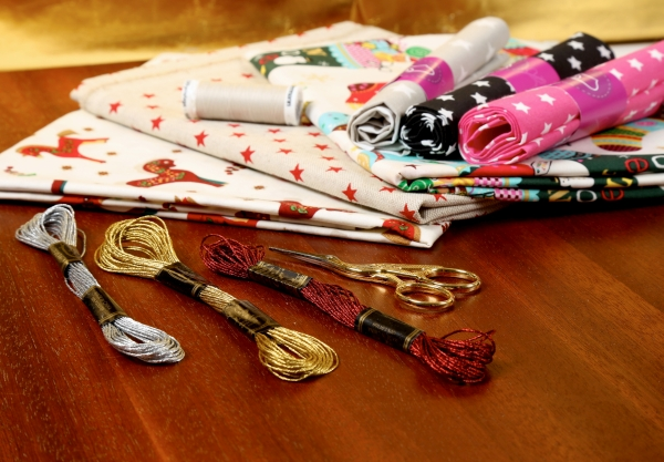 Gewinner: Fünf Stoffpakete mit Weihnachtsstoffen und Nähzubehör