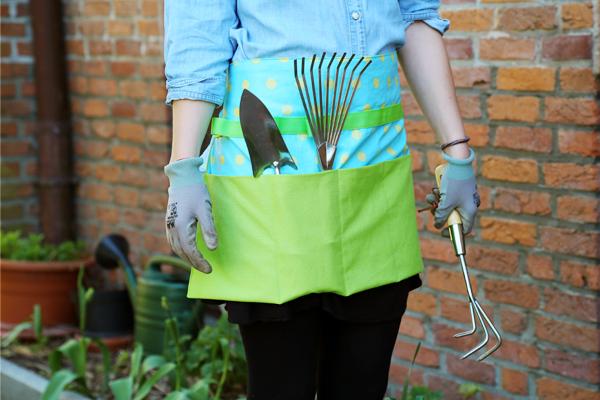 Perfekt für Gartenarbeit - die Gartenschürze, jetzt als Nähanleitung bei stoffe.de