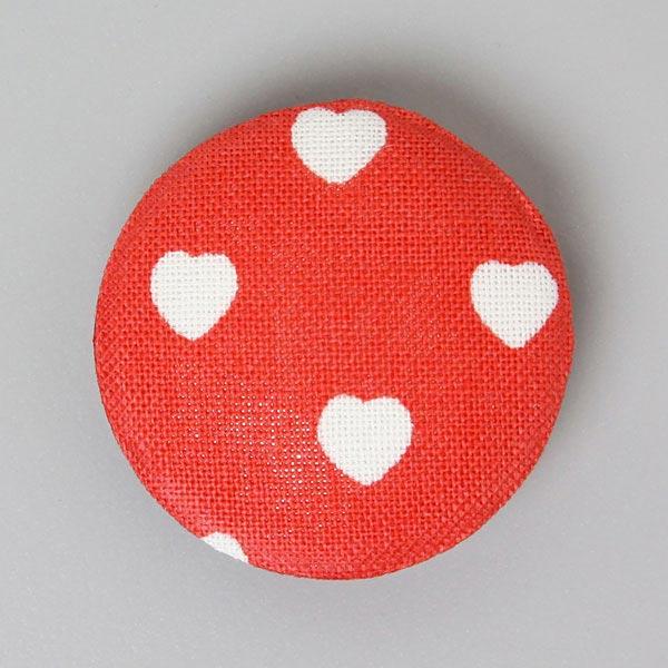 Mit Baumwollstoff bezogener Knopf 'Classic Hearts' in Signalrot