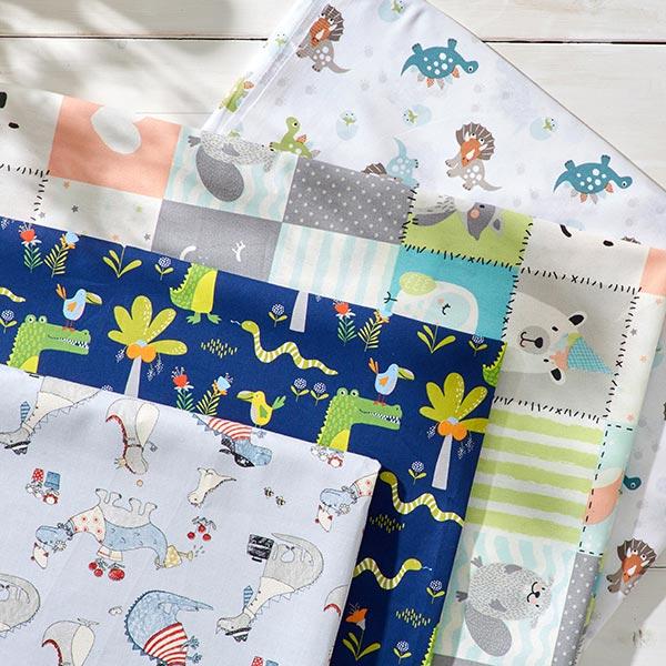 Tissu en coton Cretonne Joyeux dinosaures au jardin – bleu clair